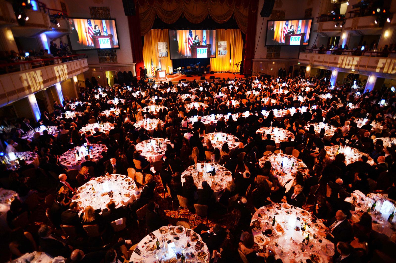 """ערב הגאלה של FIDF בניו-יורק, מראה כללי של האולם והבמה במלוא תפוסתם החגיגית, 12.3.13 (צילום: יח""""צ)"""