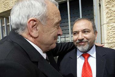 שר החוץ אביגדור ליברמן (מימין) והשר לבטחון פנים יצחק אהרונוביץ, אתמול בטקס מינויו של האחרון (צילום: פלאש 90)