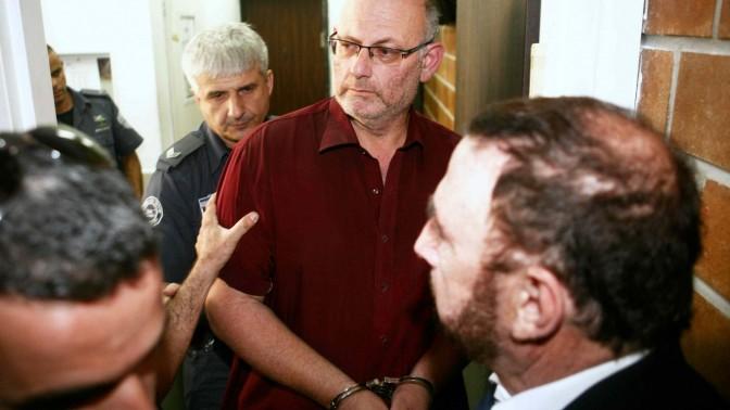 שמעון קופר מובל להארכת מעצר בבית המשפט בכפר סבא, 4.11.2012 (צילום: יהושע יוסף)