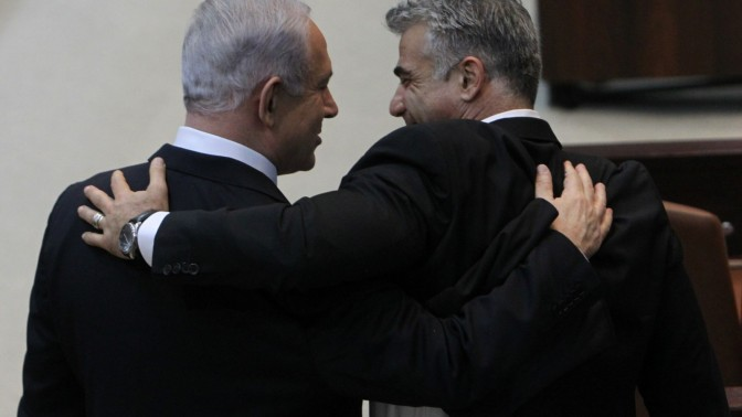 יאיר לפיד (מימין) ובנימין נתניהו, אתמול בישיבת הכנסת שבה הושבעה ממשלת ישראל ה-33 (צילום: מרים אלסטר)