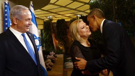 """נשיא ארה""""ב ברק אובמה נושק לשרה נתניהו, רעיית ראש הממשלה בנימין נתניהו, במהלך ביקור בירושלים (צילום: אבי אוחיון, לע""""מ)"""