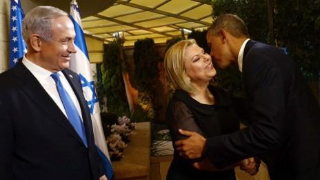 """נשיא ארה""""ב ברק אובמה נושק לשרה נתניהו, רעיית ראש הממשלה בנימין נתניהו, אתמול בירושלים (צילום: אבי אוחיון, לע""""מ)"""