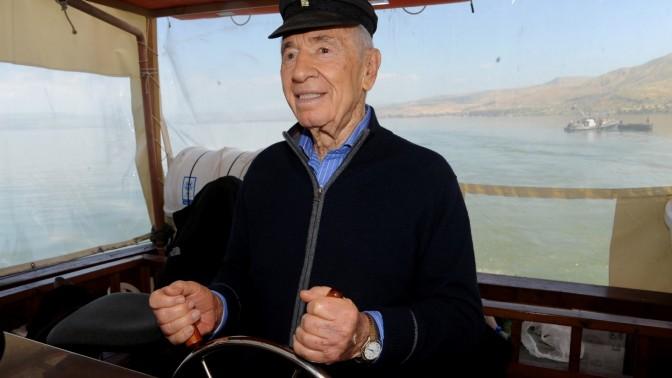 הנשיא שמעון פרס משיט ספינה בכנרת (צילום: גיל אליהו)