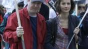 ג'וס וידון מפגין במסגרת שביתת התסריטאים בארצות-הברית, אפריל 2008 (צילום: RavenU, רישיון CC)