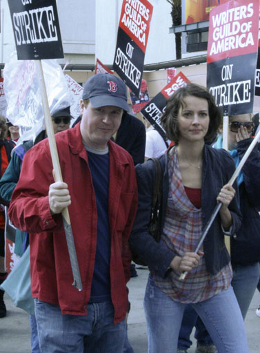 ג'וס וידון מפגין במסגרת שביתת התסריטאים בארצות-הברית, אפריל 2008 (צילום: RavenU, רשיון CC)