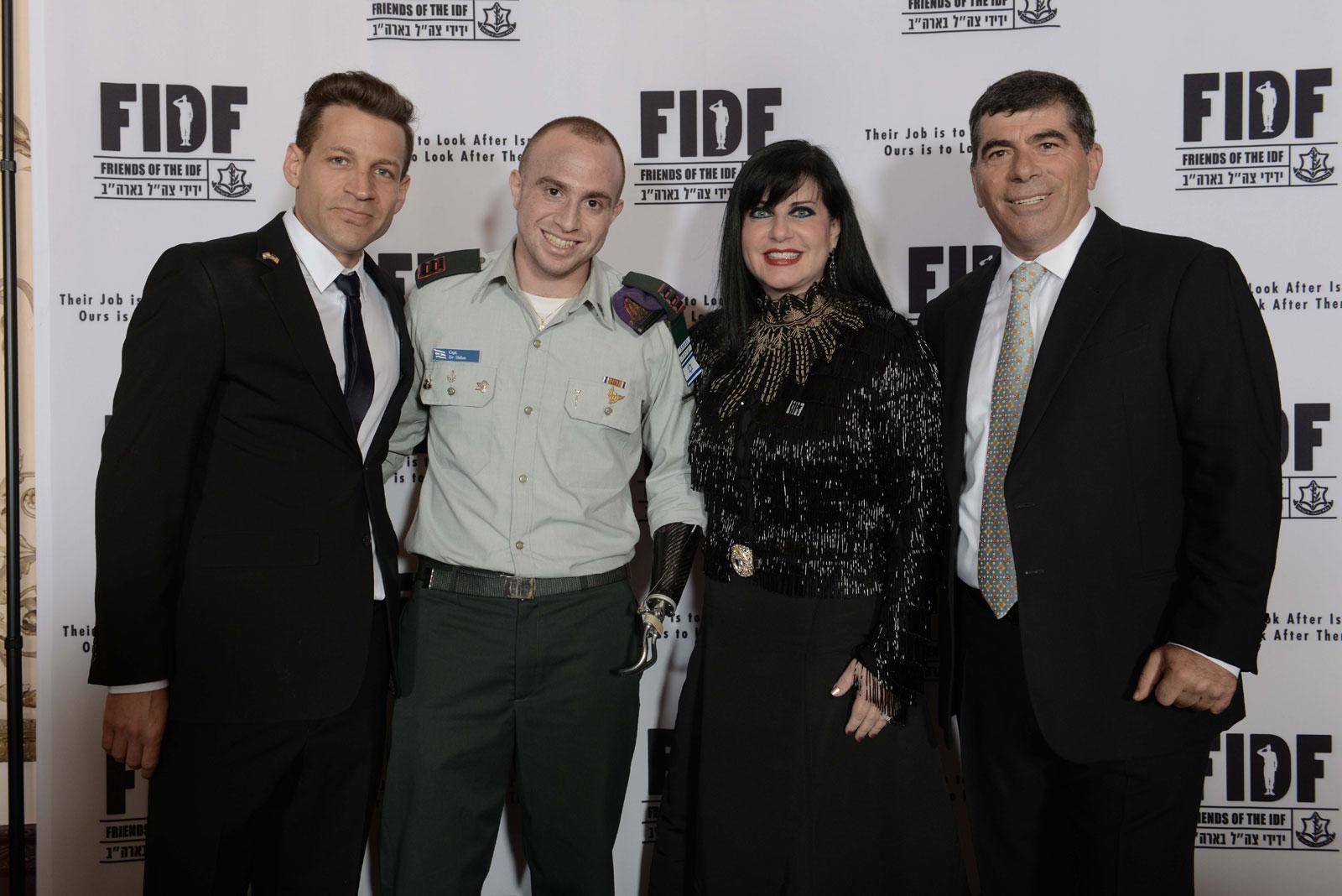 """ערב הגאלה של FIDF בניו-יורק, הרמטכ""""ל לשעבר גבי אשכנזי וסרן זיו שילון מצטלמים עם תורמים, 12.3.13 (צילום: יח""""צ)"""