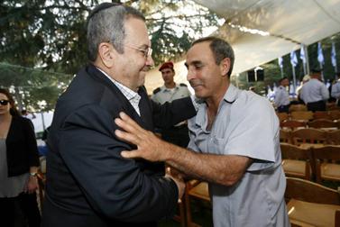 שר הביטחון אהוד ברק עם אב שכול, אתמול בטקס לציון שלוש שנים לפרוץ מלחמת לבנון השנייה (צילום: מרים אלסטר)