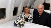 """ראש הממשלה בנימין נתניהו ורעייתו שרה, אתמול במטוס אל-על בדרכם לארצות-הברית (צילום: עמוס בן-גרשום, לע""""מ)"""