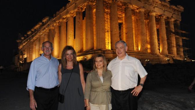 """ראש הממשלה בנימין נתניהו ורעייתו עם ראש ממשלת יוון ורעייתו, על רקע האקרופוליס, שלשום (צילום: עמוס בן-גרשום, לע""""מ)"""