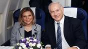 """ראש הממשלה בנימין נתניהו ורעייתו במטוס אל-על בדרכם ללונדון (צילום: עמוס בן גרשום, לע""""מ)"""