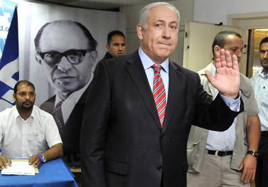 ראש הממשלה בנימין נתניהו מצביע בקלפי המפלגתי במצודת-זאב, אתמול בתל-אביב (צילום: יוסי זליגר)
