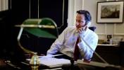 """ראש ממשלת בריטניה דייוויד קמרון בלשכתו, שלשום (צילום: לשכת רה""""מ הבריטית)"""
