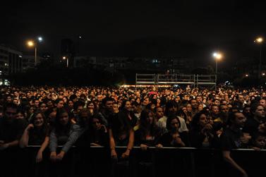 """קונצרט לכבוד """"יום כדור הארץ"""", אתמול בכיכר רבין, מול בניין העירייה המוחשך של תל-אביב (צילום: גיל יערי)"""