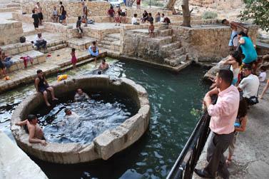 ערבים ויהודים מתרחצים במעיין במדבר יהודה, שלשום (צילום: מתניה טאוסיג)