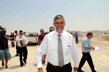 שר הפנים אלי ישי מבקר בשטח שבין מעלה-אדומים לירושלים, אתמול (צילום: פלאש 90)