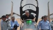 """בנימין נתניהו בעת ביקורו בבסיס חיל האוויר (צילום: דובר צה""""ל)"""
