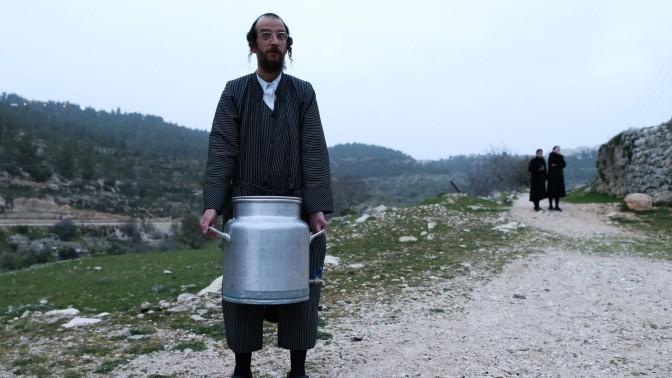 איסוף מי מעיין לצורך הכנת מצות, ליד ירושלים, אתמול (צילום: נתי שוחט)