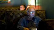 """אדם גולש ברשת בבר בוויצ'יטה, קנזס, ארה""""ב (צילום: אריק ויטמן, רשיון cc)"""