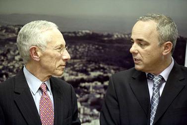 שר האוצר הנכנס יובל שטייניץ (מימין) ונגיד בנק ישראל סטנלי פישר, שלשום (צילום: אביר סולטן)