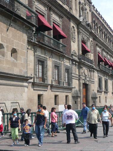 עוברים ושבים עטויי מסכות, שלשום במקסיקו סיטי