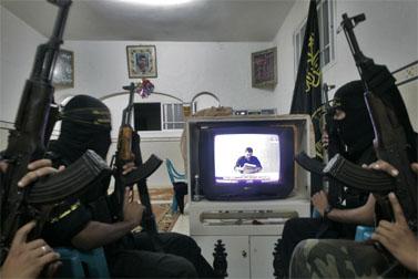 אנשי הג'יהאד-האסלאמי צופים בשידור הסרטון של גלעד שליט (צילום: פלאש 90)