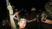 אנשי חמאס צועדים לאחר קרבות עם פלג יריב ברפיח, 17.8.09 (צילום: עבד רחים חטיב)