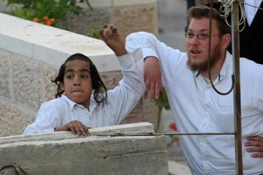 מיידים אבנים במאה-שערים, אתמול בירושלים (צילום: קובי גדעון)