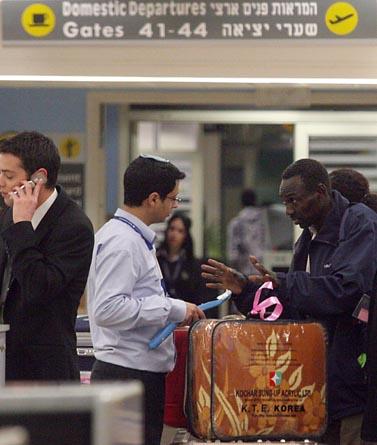אחד מ-150 הסודנים שהוטסו מישראל לסודאן, אתמול בשדה התעופה בן-גוריון (צילום: גדעון מרקוביץ')