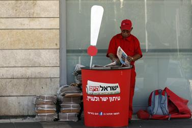 """מחלק עיתונים של """"ישראל היום"""", ביום שישי האחרון בשכונת רמת-אשכול בירושלים (צילום: אורן נחשון)"""