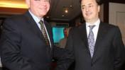 """איזי כהן, מנכ""""ל אפריקה-ישראל (משמאל), אוחז בידו של בעל השליטה בחברה, לב לבייב, במהלך מסיבת עיתונאים שבה הודיעו כי החברה הפסידה 5 מיליארד שקל. 30.3.07 (צילום: רוני שיצר)"""