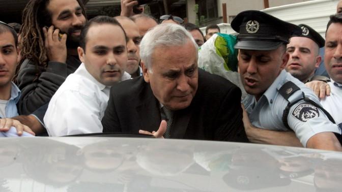משה קצב יוצא מבית-המשפט המחוזי בתל-אביב, אתמול (צילום: רוני שיצר. לחצו להגדלה)