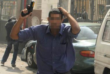 מסתערב בפעילות בלב הפגנה בראס אל-עמוד, 9.10.09 (צילום: קובי גדעון)