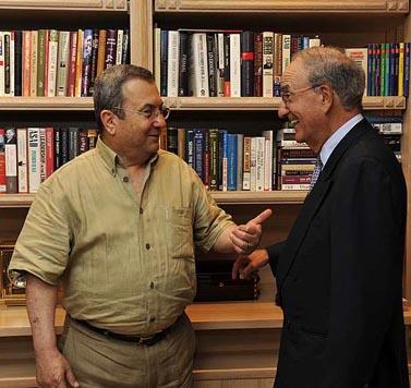 שר הביטחון אהוד ברק (משמאל), בפגישה בביתו שבתל-אביב עם השליח האמריקאי ג'ורג' מיטשל (צילום: פלאש 90, לשכת שר הביטחון)