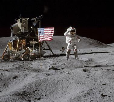 """האסטרונאוט ג'ון יאנג, מפקד האפולו-16, צועד על הירח. 1972 (צילום: נאס""""א)"""