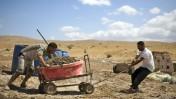 פלסטינים עובדים במפעל לבנים ביתי בג'יפטליק, בקעת הירדן, אתמול (צילום: מתניה טאוסיג. לחצו להגדלה)