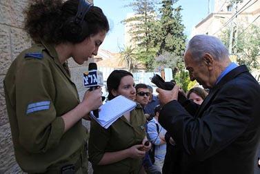 """נשיא המדינה שמעון פרס מעניק ראיון לכתבת גלי-צה""""ל, 13.4.09 (צילום: קובי גדעון)"""