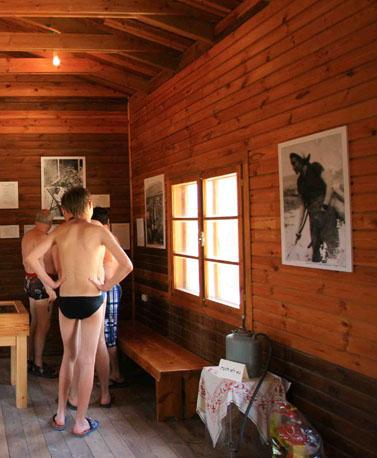 """מבקרים מתבוננים במוצגים במוזיאון חומה ומגדל בפארק הלאומי """"גן השלושה"""", השבוע (צילום: חן ליאופולד)"""