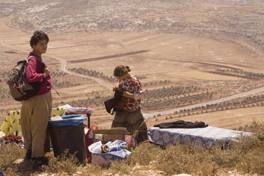 מתיישבים במאחז עדי-עד אוספים את חפציהם, אתמול לאחר שהרשויות הרסו את המבנים במקום (צילום: אוליביה פיטוסי)