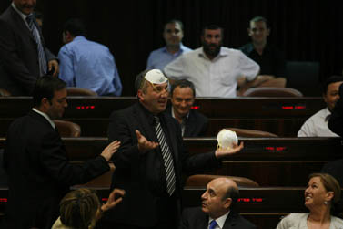 """חברי מפלגת קדימה עטו אתמול בכנסת מסכות, במחאה על """"חוק מופז"""", שאושר לבסוף (צילום: מרים אלסטר)"""