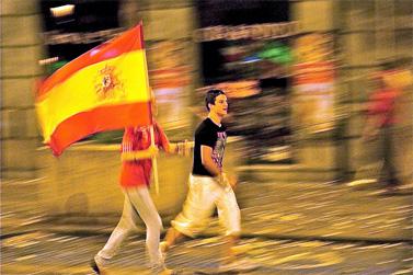 אוהדים חוגגים את נצחון ספרד בתחרות המונדיאל, אתמול בבריסל שבבלגיה (צילום: Ingvar Sverrisson, רשיון cc)