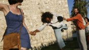 """""""החיבוק הגדול"""", אירוע שהתרחש אתמול ובמסגרתו החזיקו כמה עשרות פעילים ידיים מול חומות העיר העתיקה בירושלים ושרו שירי שלום (צילום: מרים אלסטר)"""