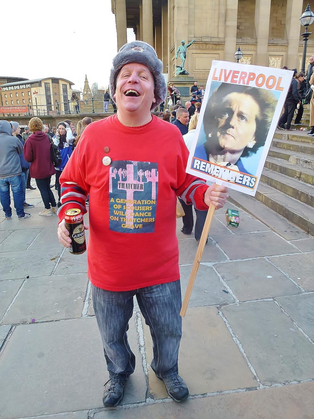 מפגין נגד תאצ'ר, אתמול בליברפול (צילום: Radarsmum67, רישיון CC BY 2.0)