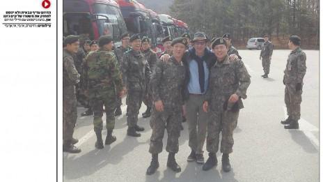 """בועז ביסמוט מצולם עם חיילים דרום קוריאנים, מוסף """"ישראל השבוע"""", 12.4.13"""