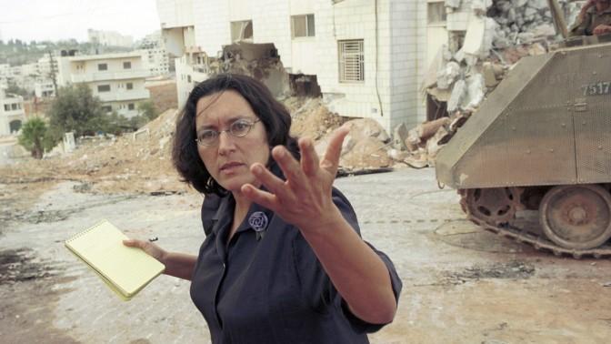 """עיתונאית """"הארץ"""" עמירה הס מוחה על הריסת בית פלסטיני ברמאללה בידי צה""""ל, 22.11.2001 (צילום: יוסי זמיר)"""