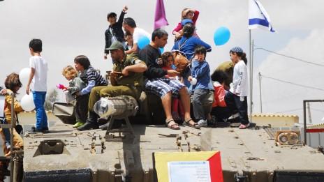 """אזרחים ישראלים מציינים את יום העצמאות עם ילדיהם במחיצת טנק, אתמול (צילום: דובר צה""""ל)"""