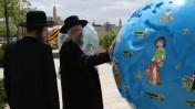 חרדים בוחנים תערוכת גלובוסים ליד העיר העתיקה בירושלים, 17.4.13 (צילום: נתי שוחט)