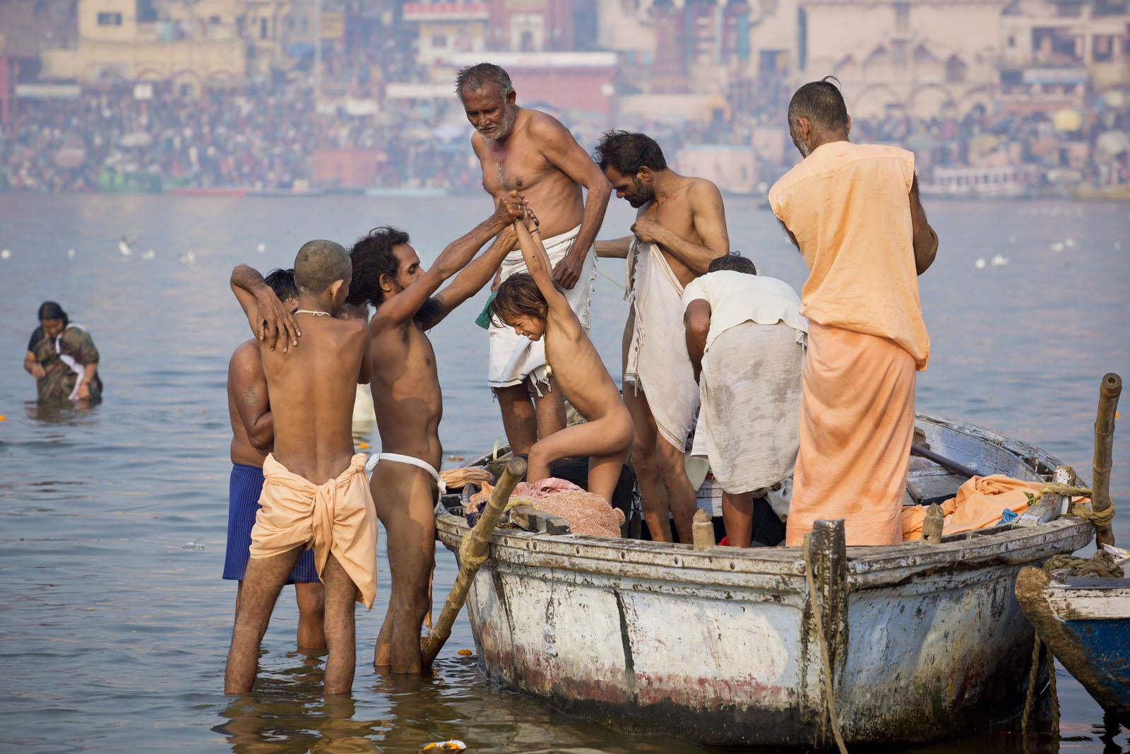 הודים טובלים בנהר הגנגס בוורנאסי כדי להיטהר מחטאיהם, פברואר 2013 (צילום: משה שי)