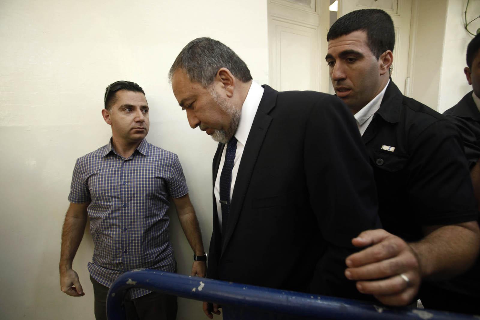 שר החוץ לשעבר אביגדור ליברמן בעת פתיחת משפטו, היום בירושלים (צילום: אורי לנץ)