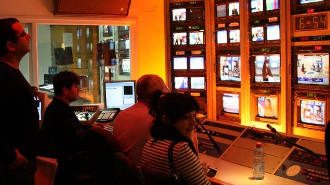 """חדר הבקרה של מהדורת """"מבט"""" של הערוץ הראשון, פברואר 2008 (צילום: אנה קפלן)"""