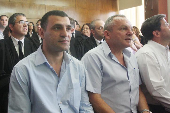 חיים גבריאלי (משמאל) ושוני אלבק (לצדו), שני מנהלים בכירים בקונצרן אי.די.בי, אתמול בבית-המשפט (צילום: רוני שיצר)